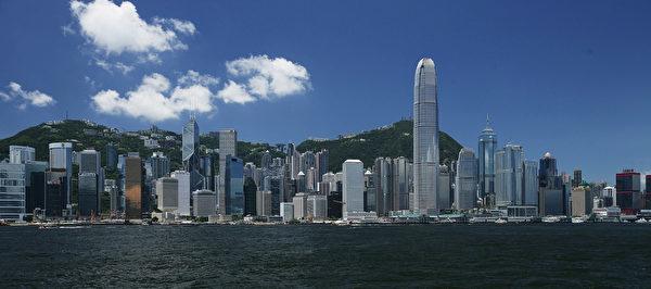 在1997年年香港主權移交前,人們擔心不確定性而離開,但現在他們卻是因為確定香港的經濟,政治環境惡化而離開。(羅嘉輝/中國圖片/蓋蒂圖片社)