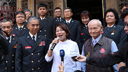 市長黃敏惠在城隍廟前接受聯訪。