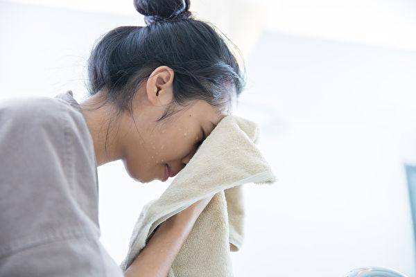 正確的洗臉方法,可以保護臉部肌膚,而錯誤的洗臉方法卻會損傷膚質。