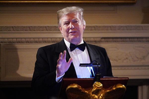 24日晚間,特朗普總統攜第一夫人梅拉尼婭出席白宮主辦的州長晚宴並發表簡短講話。(MANDEL NGAN / AFP)
