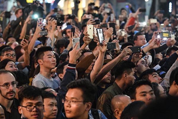 索菲特傳奇大都會酒店外面擠滿了圍觀的人。(NOEL CELIS/AFP)