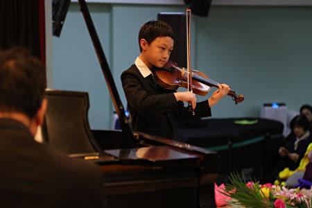 小弟子小提琴演奏《謝師恩》(Thanks Master)。(張學慧/大紀元)