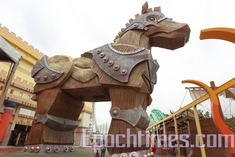 希臘軍隊在特洛伊戰爭中,用一隻大木馬攻破特洛伊城如同中國人講「明修棧道,暗渡陳倉」。圖為特洛伊木馬模型。(李曜宇/大紀元)