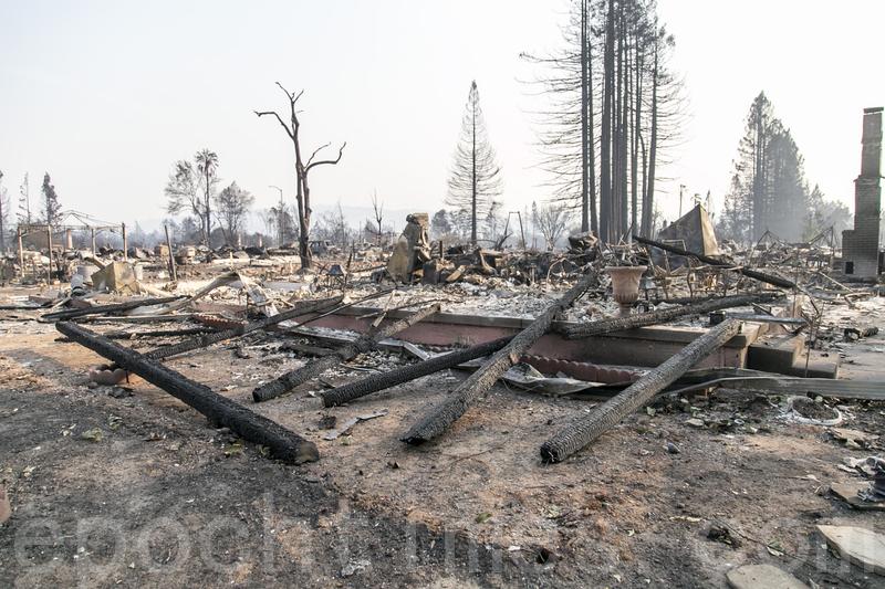 2017年,加州索諾馬縣Coffey Park社區的大部份住宅在大火中被焚燬,圖為華人住戶的房屋化為灰燼。(曹景哲/大紀元)
