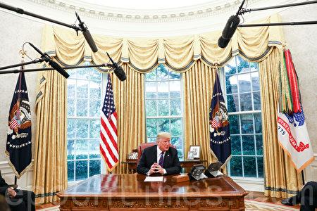 總統特朗普於2018年8月27日在華盛頓白宮橢圓形辦公室,通過翻譯與墨西哥總統涅托通電話。特朗普宣佈墨西哥已同意簽署新的貿易協議,即美墨貿易協定。(Samira Bouaou/大紀元)