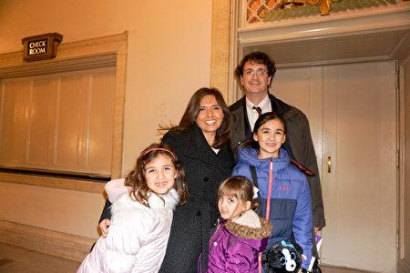 2018年12月27日下午,神韻國際藝術團在芝加哥歌劇院(Civic Opera House)展開2019年巡演季在芝城的首場演出,投資商Richard Portis全家五口一同觀看了演出。(溫文清/大紀元)