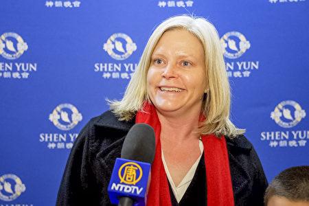 12月28日晚,律師Jill Webb女士帶兒子Robert觀賞了神韻國際藝術團在芝加哥歌劇院的第二場演出。(新唐人電視台)
