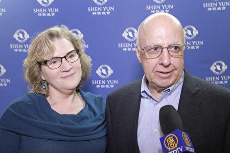 2018年12月29日下午,金融投資家塔拉特‧奧斯曼和朋友Catherine Finger觀看了神韻國際藝術團在芝加哥歌劇院的第三場演出。(新唐人電視台)