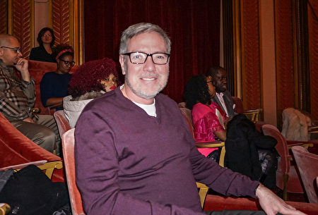 Vander Cook音樂學院副教授Brian Logan先生觀看了12月29日晚神韻國際藝術團在芝加哥歌劇院(Civic Opera House)的第四場演出。(林慧心/大紀元)