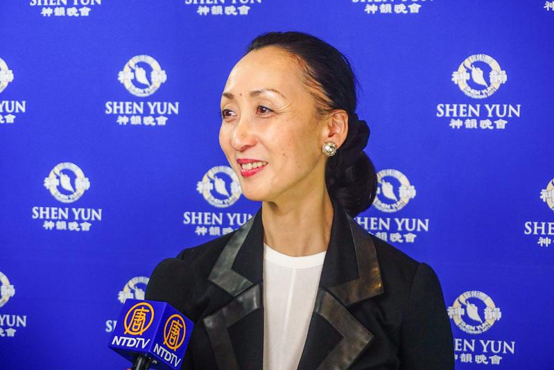1月31日,日本前著名芭蕾舞演員木村規予香(Kiyoko Kimura)第一次觀賞神韻,深受震撼,她認為神韻「層次非常高」,完全以舞技展現故事,表現力驚人。(李小朗/大紀元)
