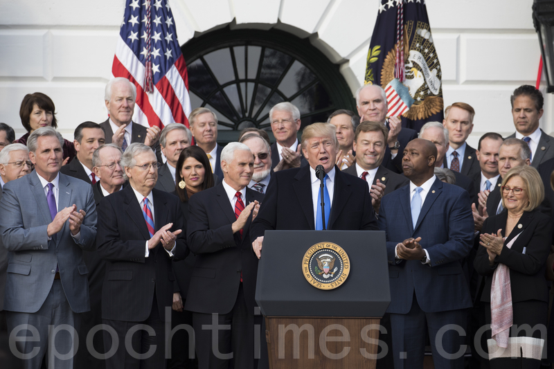 2017年12月20日,特朗普總統和國會議員慶祝稅改法案的通過。(Samira Bouaou/大紀元)
