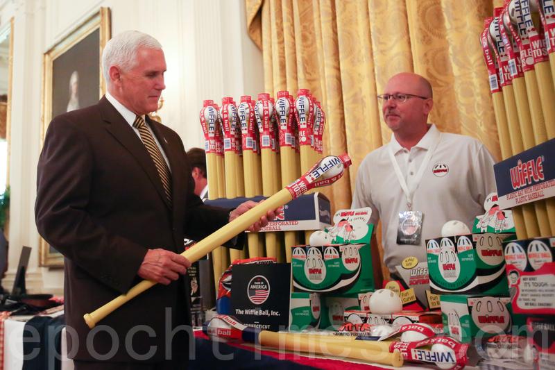 2018年7月23日,白宮舉辦「美國製造」商品展會,副總統彭斯拜訪商家攤位。(Samira Bouaou/大紀元)
