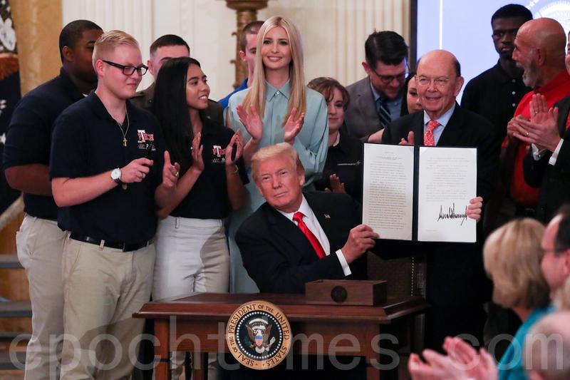 2018年7月19日,在「對美國工人的承諾」活動上,特朗普總統簽署行政令。(Samira Bouaou/大紀元)
