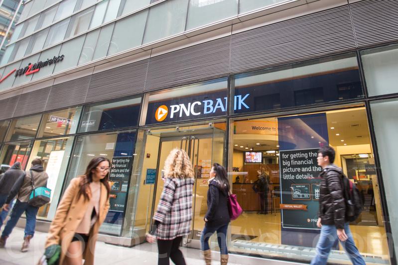 紐約街頭的銀行。圖片拍於2016年1月。(Ingrid Longauer/大紀元)