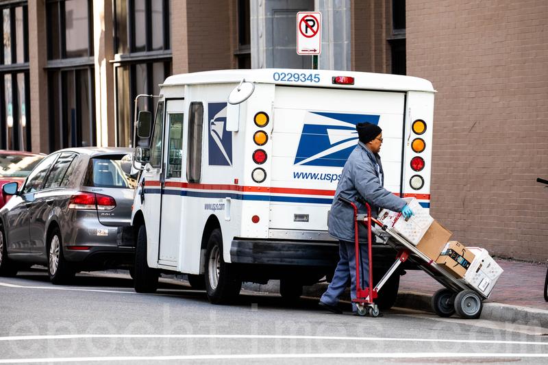 維珍尼亞州一位美國郵政的工作人員正在派送快件。圖片拍於2018年1月。(Samira Bouaou/大紀元)