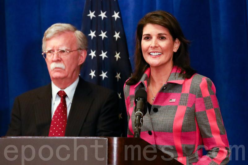 時任美國駐聯合國大使黑利(Nikki Haley,右)在2018年9月的一個新聞發佈會上。(Charlotte Cuthbertson/大紀元)