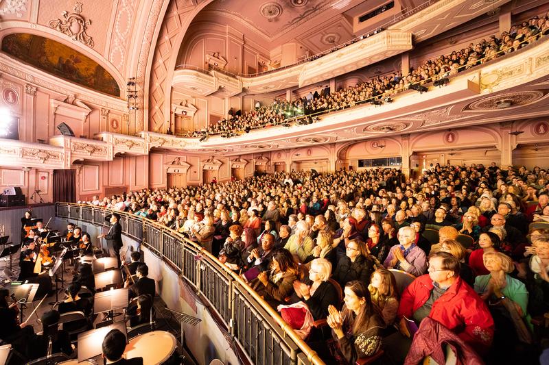 2019年2月10日下午,神韻巡迴藝術團在美國賓州費城瑪麗安劇院(Merriam Theatre)的演出再次爆滿又臨時加座。(戴兵/大紀元)