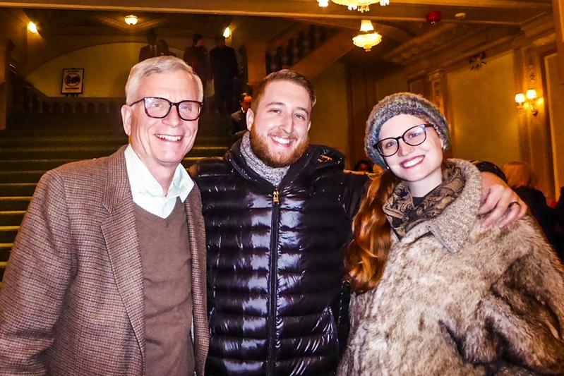 公司副總裁Eric Kaspin(左)和家人於2月10日下午一起觀看了神韻巡迴藝術團在費城瑪麗安劇院的演出。(良克霖/大紀元)