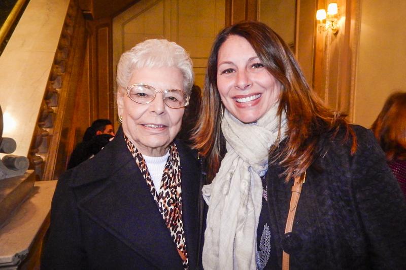 2月10日,跨國製藥公司市場交付經理Ann-Marie Malone與90歲的祖母觀看神韻巡迴藝術團在費城瑪麗安劇院的第四場演出後表示,神韻蘊含的精神內涵令人敬佩。(衛泳/大紀元)