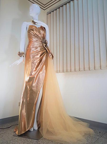 萬泰科技運用真空納米濺鍍技術製作出全球第一件使用24K納米真金新娘婚紗禮服,有別於坊間標榜用金箔黏貼或金色染料仿作的金縷衣。(萬泰科提供/ 中央社)