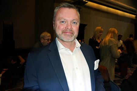 2月16日晚,國際塑料行業協會SPE總裁Patrick Farrey 觀看了神韻北美藝術團在美國羅斯蒙特劇院的第四場演出。(唐明鏡/大紀元)