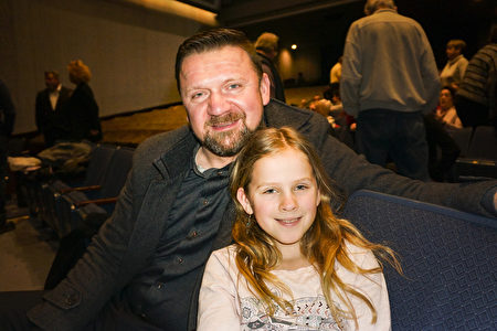 2月17日下午,房地產投資商Ernest Swierk和女兒觀看了神韻北美藝術團在美國羅斯蒙特劇院的第五場演出。(唐明鏡/大紀元)