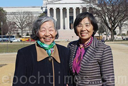 法輪功學員吳正英(左)和吳鳳英(右)姐妹。吳鳳英是一位退休牙醫,在華盛頓DC景點堅持講真相十幾年了。(林樂予/大紀元)