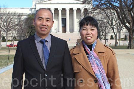 劉德喜、羅素娟夫婦從兩年前來到美國後,一直在景點講真相。(林樂予/大紀元)