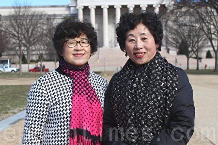 王春榮(左)曾是會計師事務所董事長,王春英(右)退休前在一家三甲醫院擔任主管護士。她們常年堅持在景點向遊客講法輪功真相。(林樂予/大紀元)