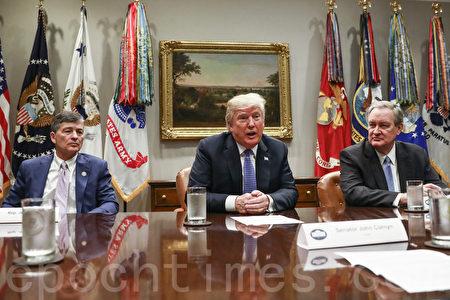 2018年8月23日,特朗普總統在白宮舉行圓桌會議,評估外國在美投資的風險。(Samira Bouaou/大紀元)