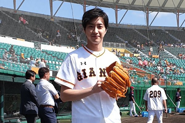 江宏杰为日职棒热身赛开球 与原辰德相见欢