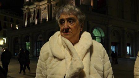 神韻觀眾Elena Gonzalez Gutierrez女士趕到劇院,才發現演出被取消了。(Normann Bjorvand/大紀元)