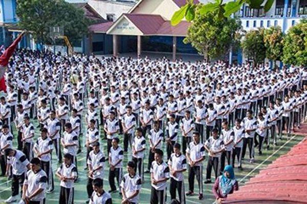 七百多名印尼國立巴淡島高中學生及教師集體學煉法輪功。(明慧網)