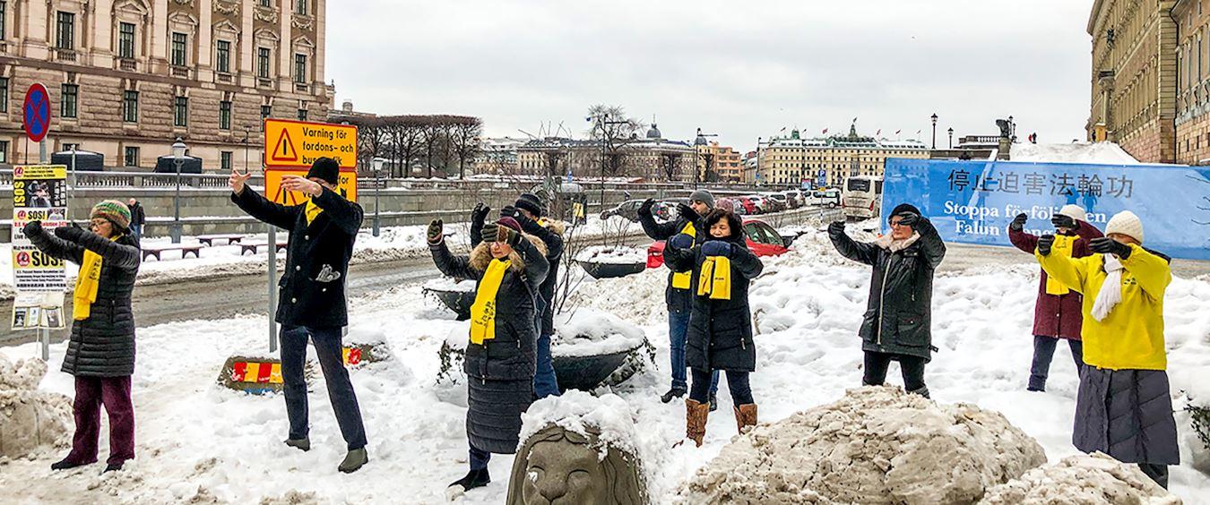 2019年2月2日周六下午,雖然天氣寒冷,法輪功學員仍像往常一樣,在最熱鬧的皇宮旁的錢幣廣場上,展示功法並向過往的民眾講述中共迫害法輪功的事實真相。(明慧網)
