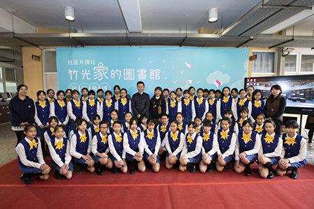 竹光國中合唱團獻唱「花樹下」為典禮揭開序幕