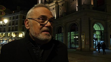 神韻觀眾Riccardo Rosati先生趕到劇院,才發現演出被取消了。(Normann Bjorvand/大紀元)