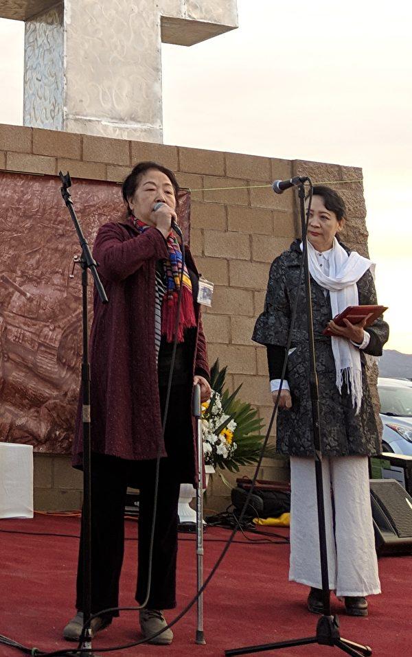 陳立群女士(左)希望中國「勿忘六四」、「永不再發生」。(徐繡惠/大紀元)