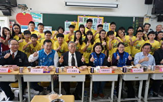 王文渊与学童共进午餐 允诺赞助8500万加菜金