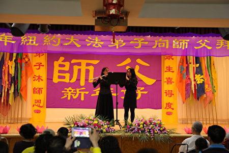 法輪功學員在演奏長笛、雙簧管二重奏《得度》。(張學慧/大紀元)