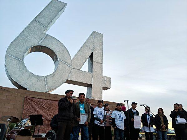 陳維明(左一)頒發義工證書,感謝他們為民主雕塑公園的貢獻。(徐繡惠/大紀元)