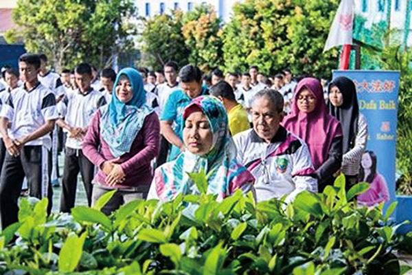 七百多名印尼國立巴淡島高中師生集體學煉法輪功。(明慧網)