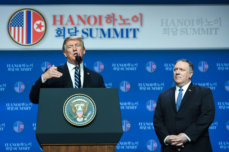 上周的「特金會」,北韓沒有達到美國的要求,特朗普當即拒絕了與金正恩簽署河內宣言。隨後在記者會上特朗普表示,如果中共不配合,他也會立刻離場。(Saul LOEB/AFP)