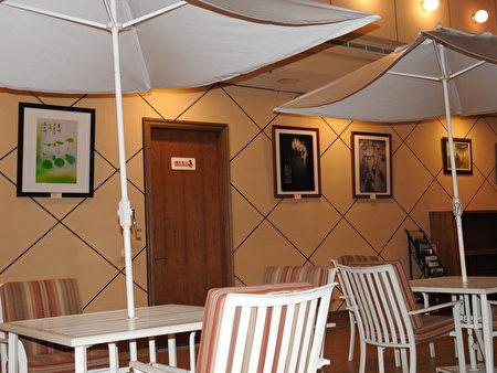 「花語寄情攝影聯展」於黃曆新年移師名都觀光渡假大飯店「名都文化藝術中心」展出,左圖為張素佾的作品《心似蓮淨》。