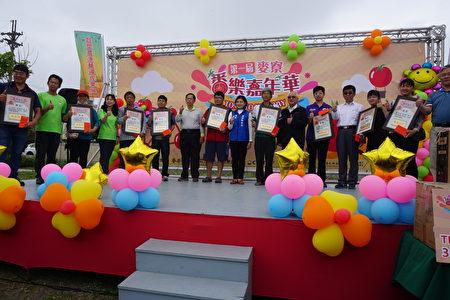 县长张丽善(中)与10位获奖农民合影。