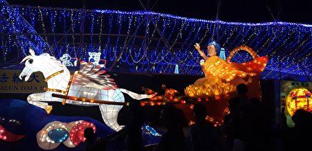 法輪大法燈區展出的「神駒天車」。