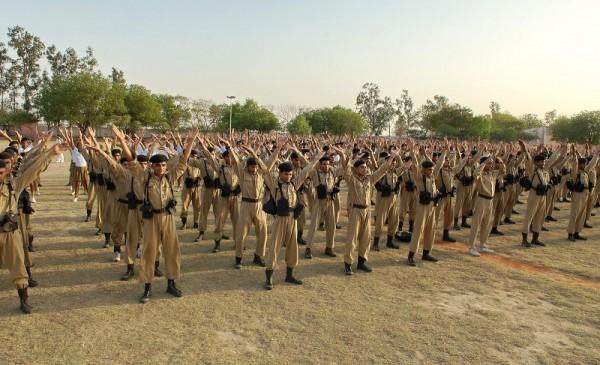 二零零九年四月十三日印度首都德裏(Delhi)警察訓練大學的上千學生學煉法輪功。(明慧網)