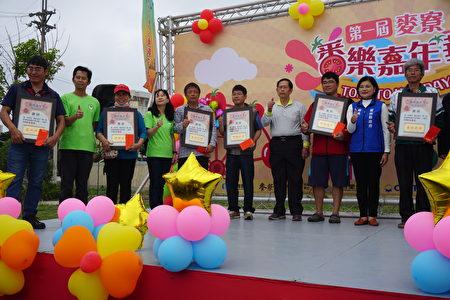 县长张丽善(右二)麦寮乡农会理事长许良先(右四赐)获奖的农民。