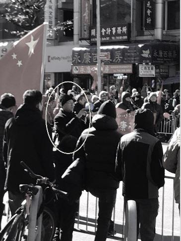 反某教聯盟至少4名核心成員,在紅旗佔街的現場充當組織者的角色,遊走巡邏拍照。此人(黃色圈內)也是2019年1月13日下午在紐約干擾神韻演出的親共分子之一。(大紀元)