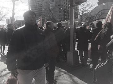 此人在2018年2月17日法拉盛新年遊行中,亦在紅旗佔領緬街活動中擔任巡查血旗的角色。(大紀元)