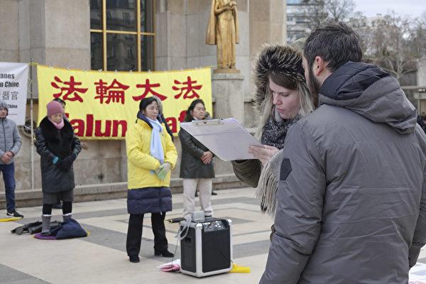 過往民眾和遊客簽署請願書,呼籲國際社會制止中共對法輪功學員的迫害。(關宇寧/大紀元)